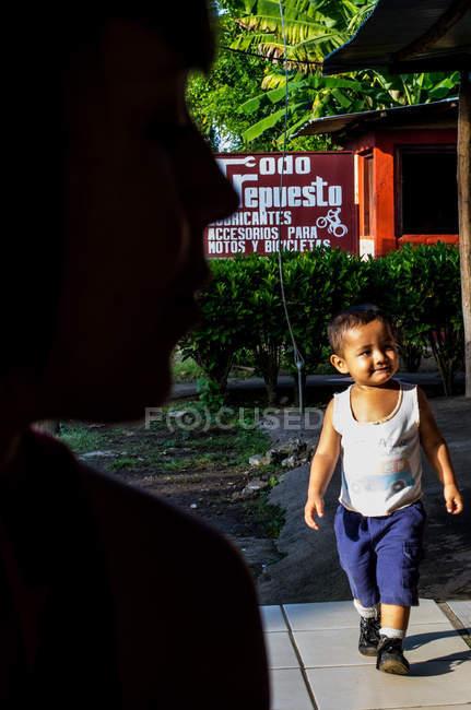 Милый мальчик ходит по улице — стоковое фото
