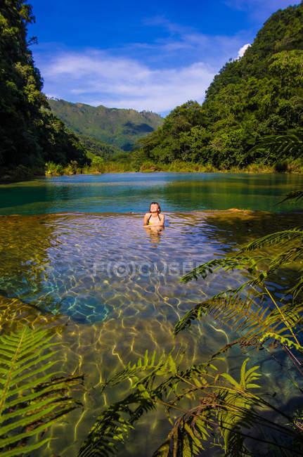Turismo no Rio Cahabon — Fotografia de Stock