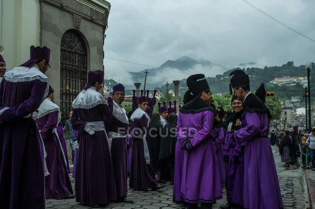 Hombres participan en procesión religiosa en Quetzaltenango - foto de stock