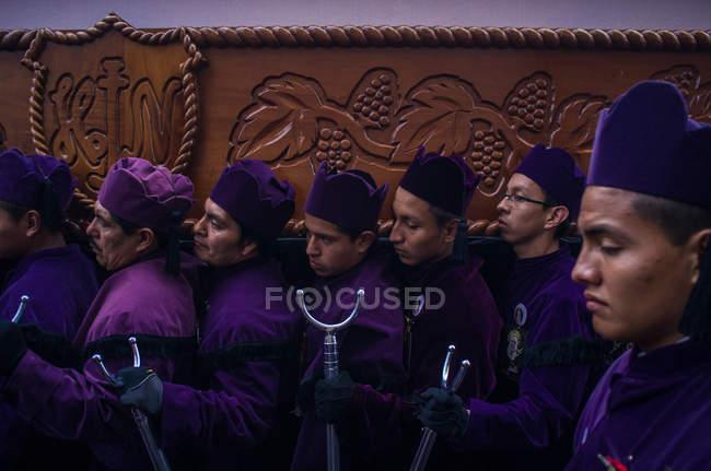 Мужчин участвовать в религиозной процессии в Кесальтенанго — стоковое фото