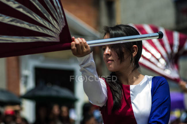 Menina com bandeira em Quetzaltenango — Fotografia de Stock