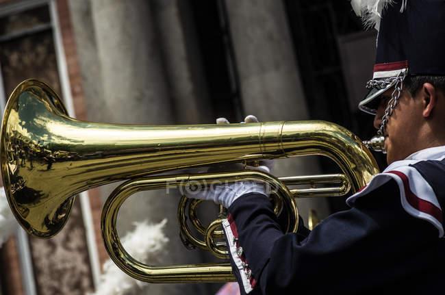 Tocador de tuba de banda marcial — Fotografia de Stock