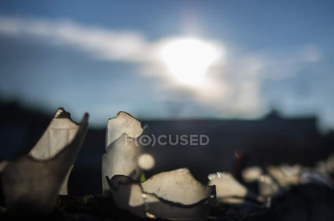 Vetri di bottiglie rotte che riflette i raggi del sole — Foto stock
