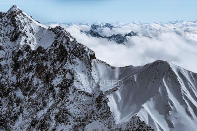 Cime innevate della montagna — Foto stock