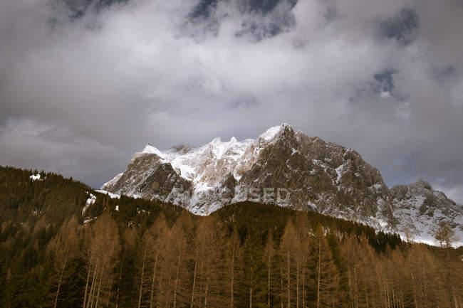 Paesaggio di montagna a distanza — Foto stock
