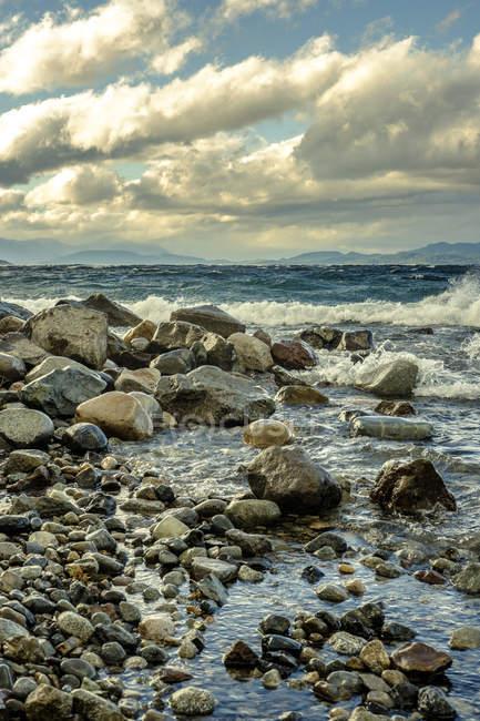 Волн, разбивающихся на камни на берегу — стоковое фото