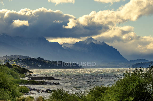 Вид озера и горы холмы — стоковое фото