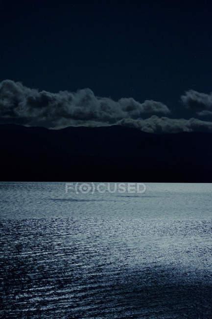 Luna sobre la superficie del agua - foto de stock