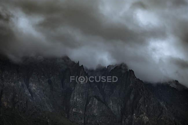 Nuvens de tempestades cobrindo os cumes das montanhas — Fotografia de Stock
