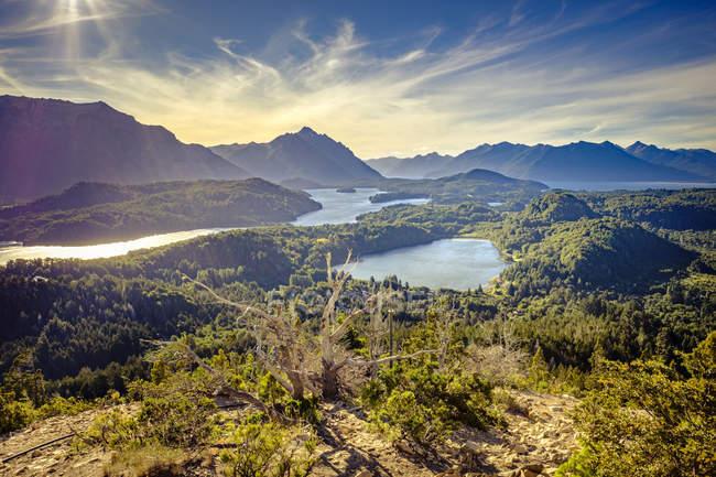 Vista sui laghi e sulle colline montane — Foto stock