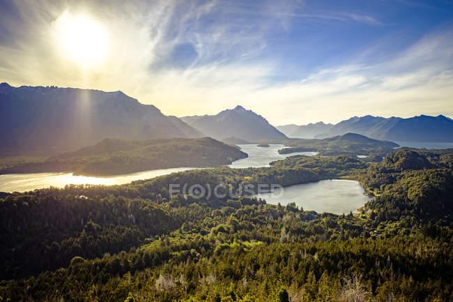 Vista su laghi e colline della montagna — Foto stock