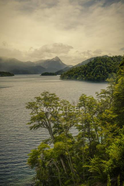 Вид на озеро и горные хребты — стоковое фото