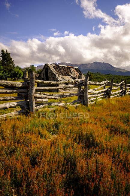 Деревенская сцена с деревянным забором — стоковое фото