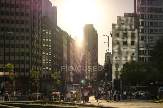 Cidade moderna no pôr do sol — Fotografia de Stock