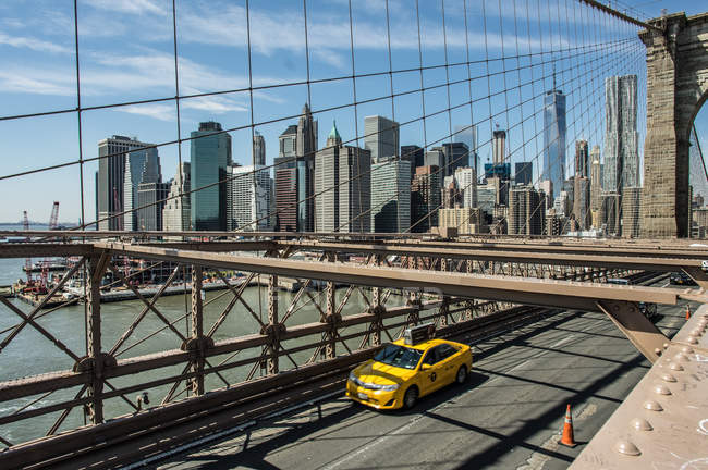 Pont de Brooklyn avec paysage urbain de New York — Photo de stock
