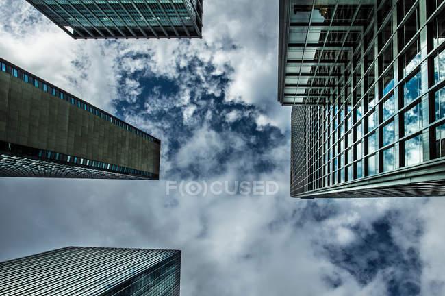Vista inferior de rascacielos en Manhattan - foto de stock