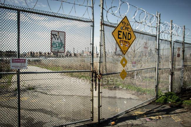 Ворота с колючей проволокой — стоковое фото