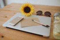 Superficie del ordenador portátil con postal y pluma - foto de stock