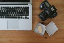 Laptop und Kamera auf dem Tisch — Stockfoto