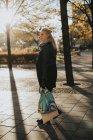 Femme debout dans la rue avec des sacs à provisions — Photo de stock