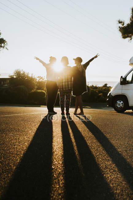 Freunde auf der Straße stehen und zeigt Peace-Zeichen — Stockfoto