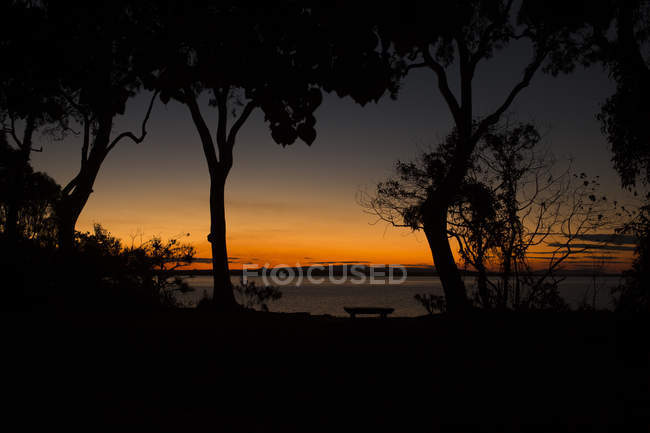 Vue du coucher de soleil sur le lac — Photo de stock