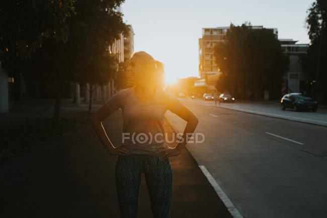 Femme debout sur une rue urbaine — Photo de stock