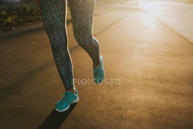 Жінка, починаючи від міських вулиць — стокове фото