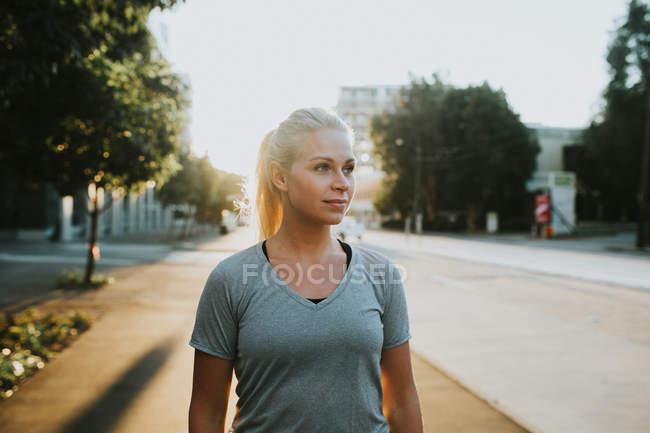 Жінка, стоячи на міських вулиць — стокове фото