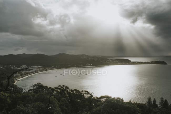 Nuvens de tempestades e raios solares sobre vila costa — Fotografia de Stock
