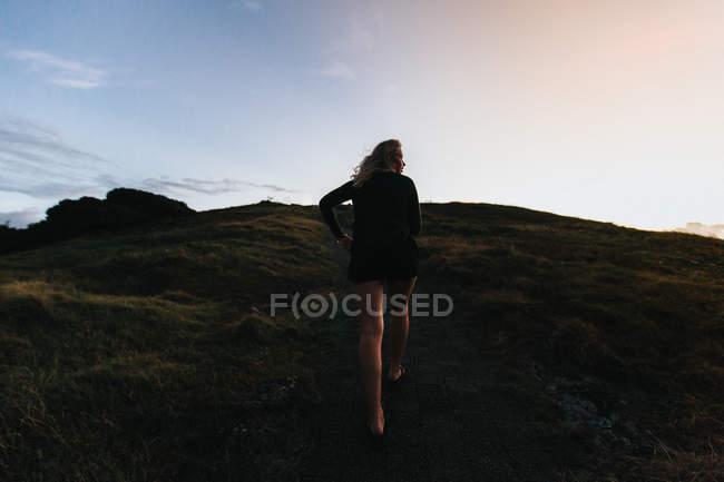 Жінка вигулює на гори hill — стокове фото