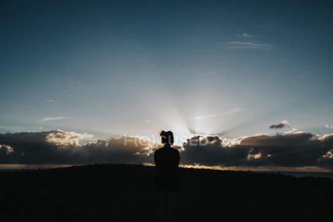Женщина наслаждается прекрасным закатом — стоковое фото