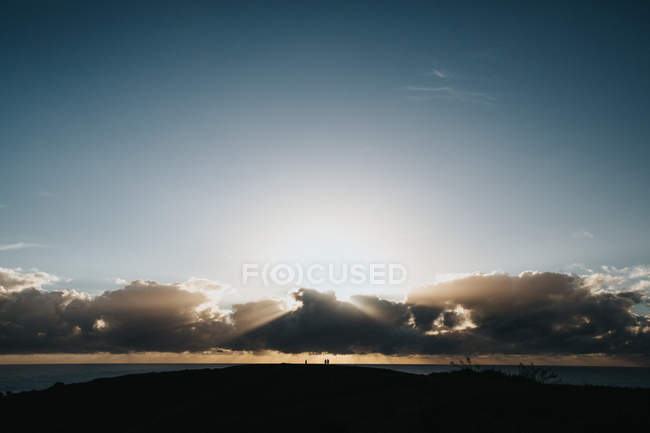 Схід сонця над океаном та хмари — стокове фото