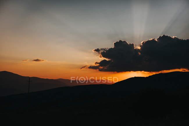 Silhouette di colline e nuvole — Foto stock
