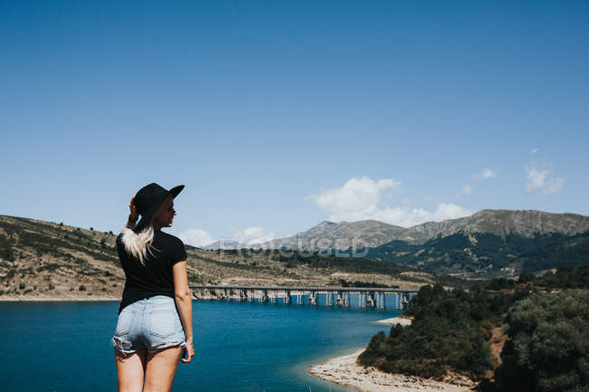 Woman looking at beautiful landscape — Stock Photo