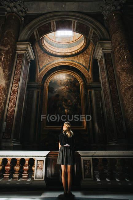 Frau stehend in St. Peters Church — Stockfoto