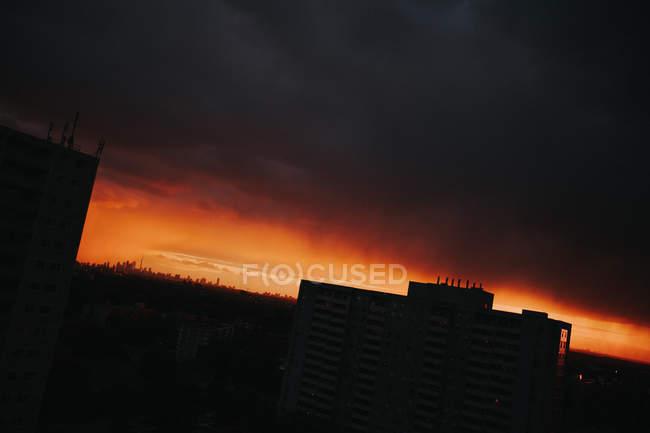 Blick auf den Sonnenuntergang über der Skyline der Stadt — Stockfoto