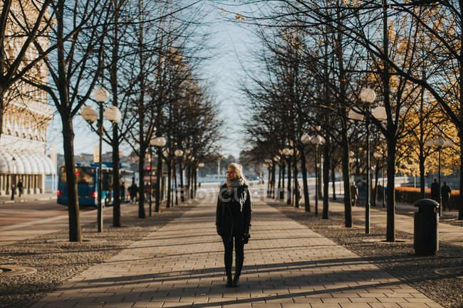 Mulher de pé na rua urbana — Fotografia de Stock
