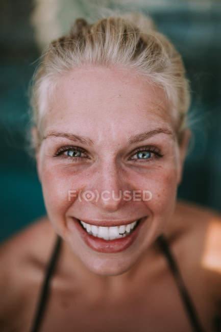 Woman smiling at camera — Stock Photo