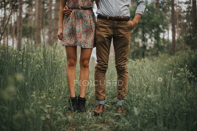 Couple debout sur terrain gazonné — Photo de stock