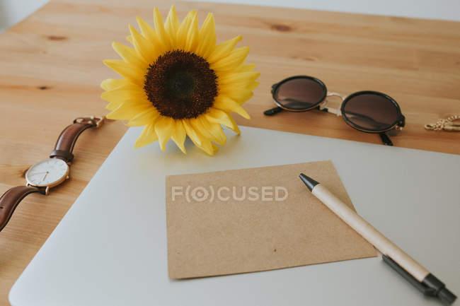 Superfície do portátil com cartão postal e caneta — Fotografia de Stock
