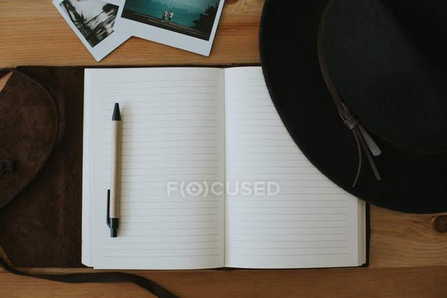 Открытая тетрадь с очками и ручкой — стоковое фото