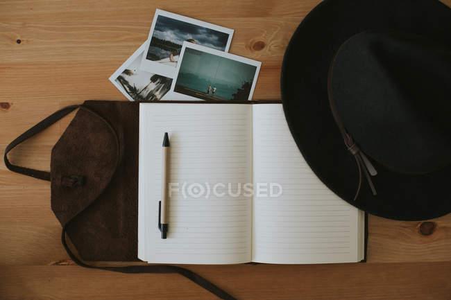 Відкрилося ноутбук з окулярів і перо — стокове фото