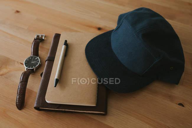 Об'єкти, розміщені на дерев'яні поверхні — стокове фото