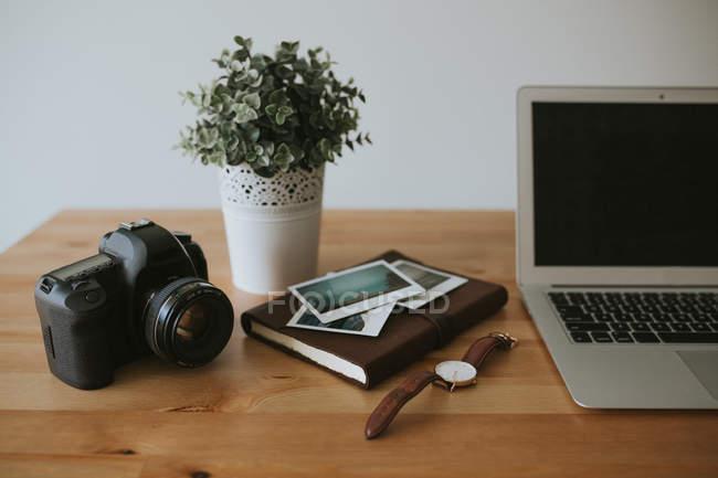 Ноутбук і камери на настільні — стокове фото