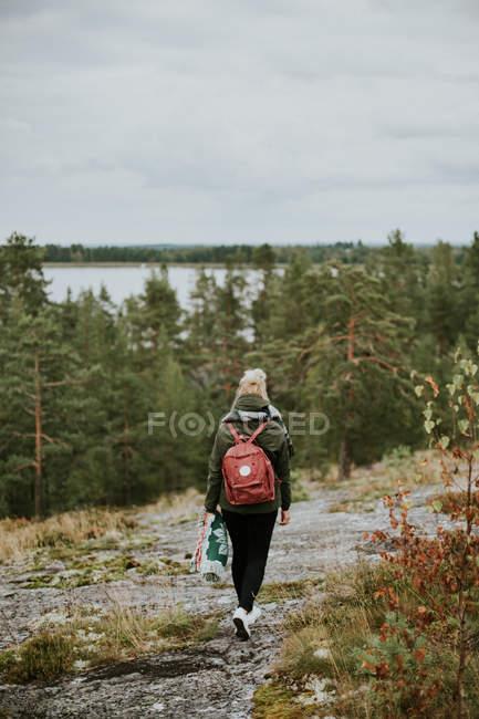 Zaino in spalla femminile a piedi sulle colline di montagna — Foto stock