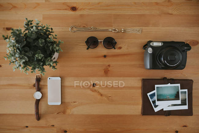 Объекты, размещенные на деревянной поверхности — стоковое фото