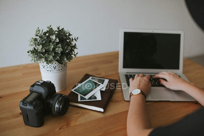 Female hands typing on laptop — Stock Photo