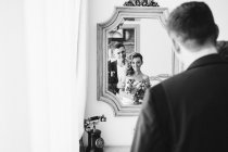 Married couple posing in mirror — Stock Photo