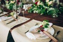 Hochzeitstafel im Ort der Zeremonie — Stockfoto